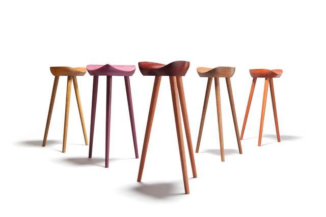 A PP Mobler e o designer brasileiro Ricardo Graham apresentam a nova versão do banquinho Sela na galeria Selvini.