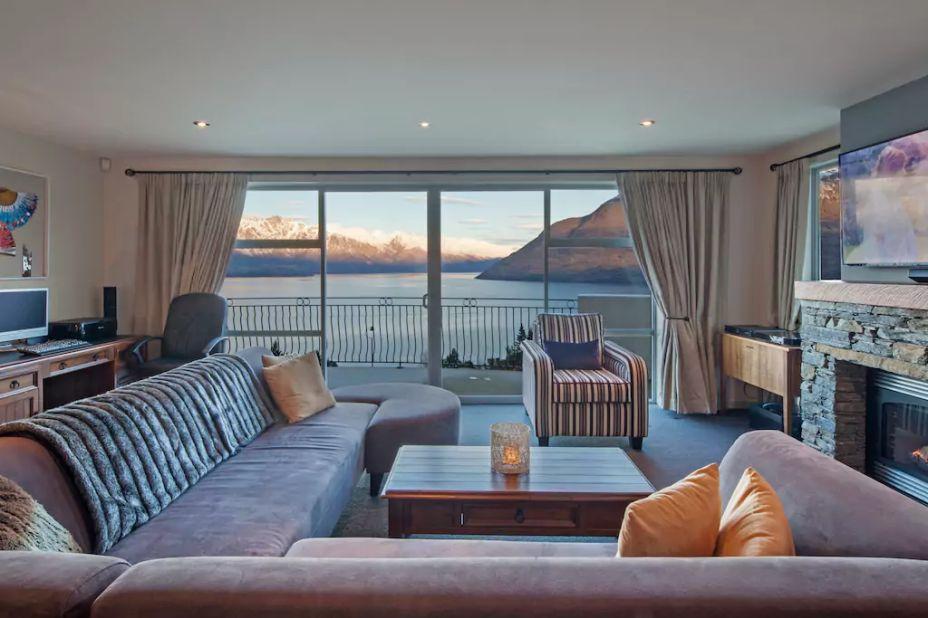 Belvedere, em Queenstown, na Nova Zelândia. O nome da acomodação diz tudo. Belvedere significa ponto de vista panorâmico, em italiano. O local oferece uma vista privilegiada da cidade,  em 180º, desde as montanhas Remarkable, do Lago Wakatipu até o Walter Peak. O local tem três quartos, dois banheiros, cozinha, sala e jacuzzi.
