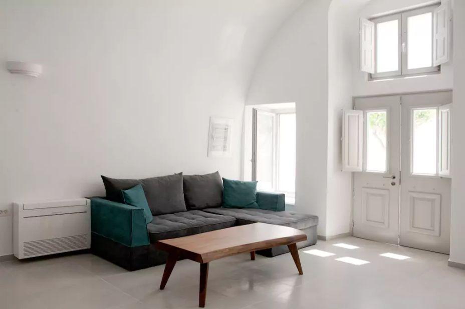 Anteliz Suites, em Thera, na Grécia. Anteliz Private Villa é o nome da acomodação que tem 220 m<span>²</span>, três quartos com banheiro privativo, áreas amplas de estar e jantar e terraço com piscina. A vista deslumbrante fica por conta do Mar Egeu.
