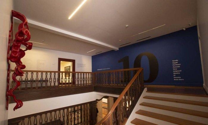 <span>Peça de Frans Krajcberg na escada que leva ao segundo piso.</span><span></span>
