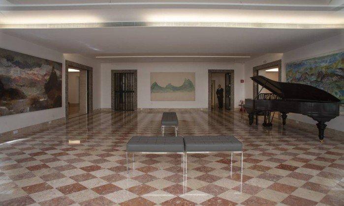 <span>Um dos salões do primeiro piso guarda o piano da família.</span><span></span>