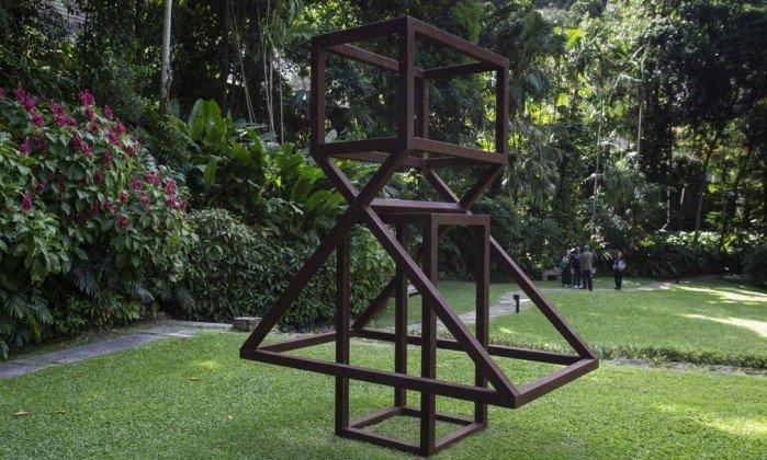 <span>A escultura de Raul Mourão instalada no jardim.</span><span></span>