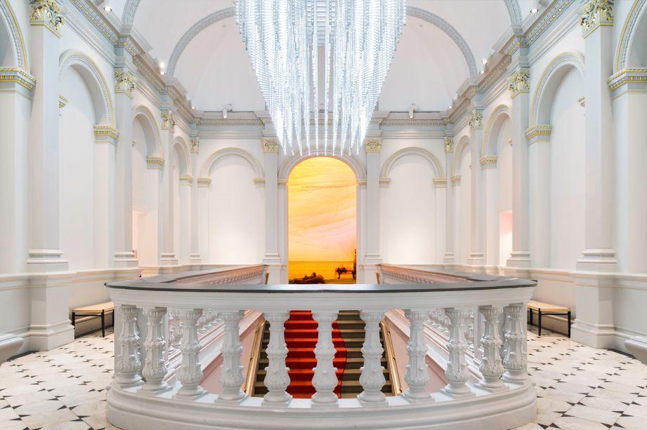 A grande escada possui uma escultura de led assinada por Leo Villareal, que marca a ligação entre a arquitetura do século 19 e a tecnologia do século 21.