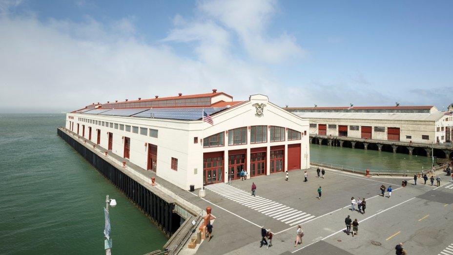 A renovação do telhado permitiu a instalação de painéis solares, que convertem luz solar em elétrica.