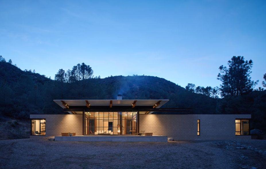 A proposta é de um lar auto-suficiente que maximize a conexão entre arquitetura e natureza.