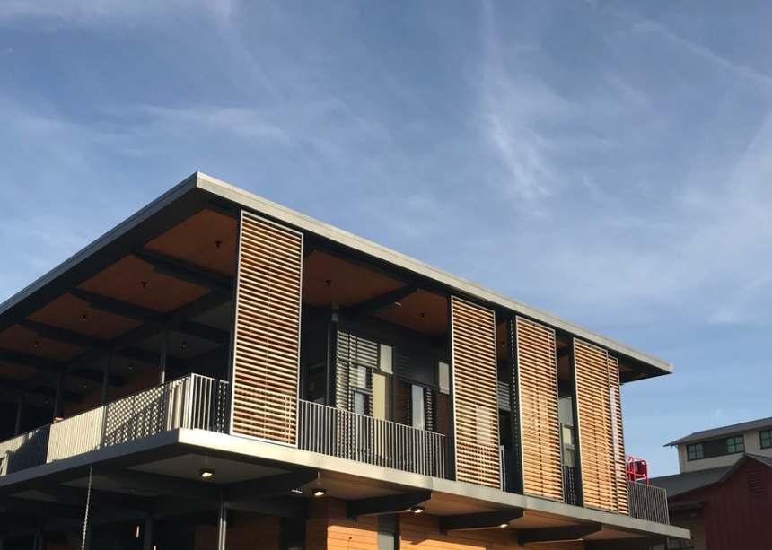 Na fachada, a madeira utilizada é de origem regional.
