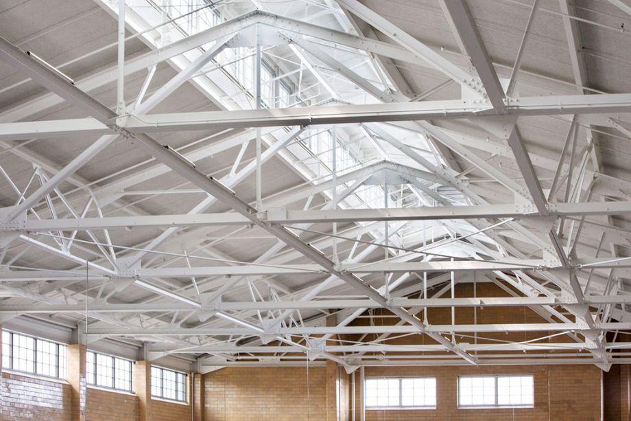 O teto alto permite que o calor suba antes de escapar pelas janelas.