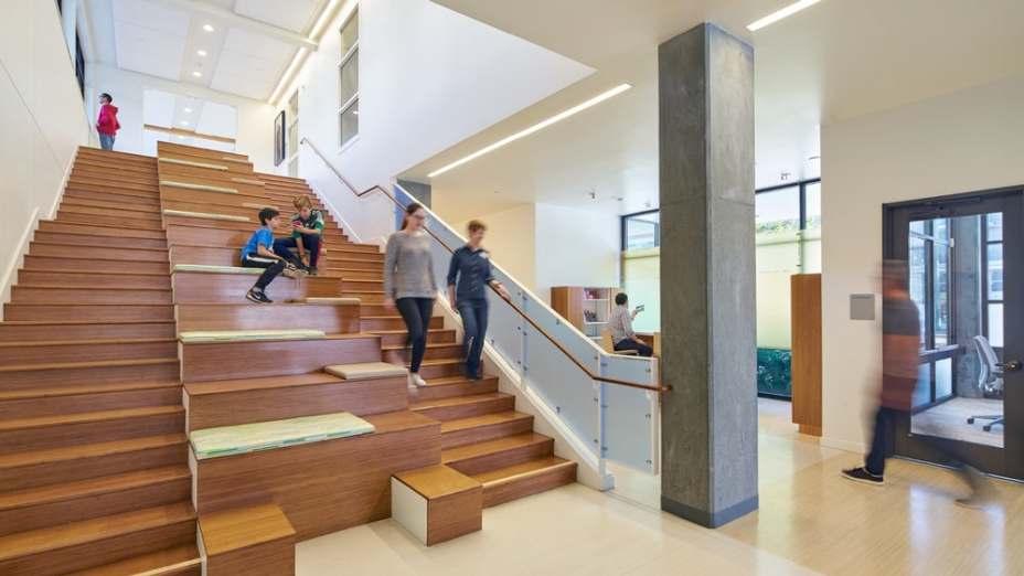 A grande escada oferece oportunidades de interação informal, reunião e provê acesso ao pátio compartilhado no segundo andar.