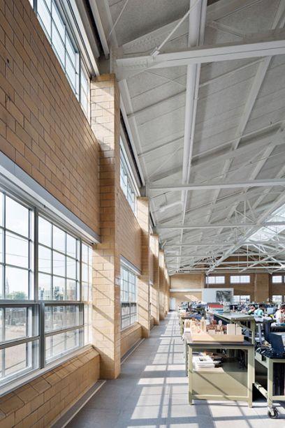 A luz natural entra pelas janelas abundantes do prédio, reduzindo o uso de iluminação elétrica.
