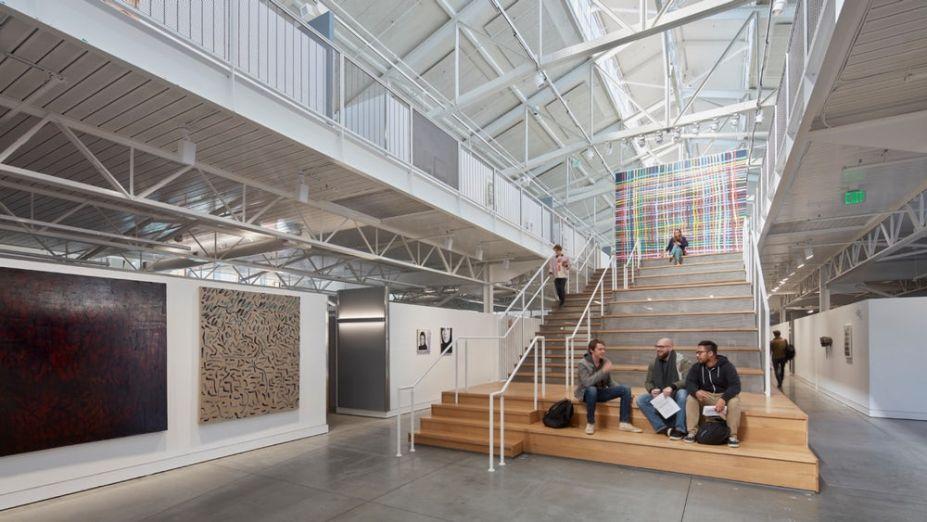 O átrio central, a escadaria e a galeria superior proporcionam oportunidades de interação e engajamento.