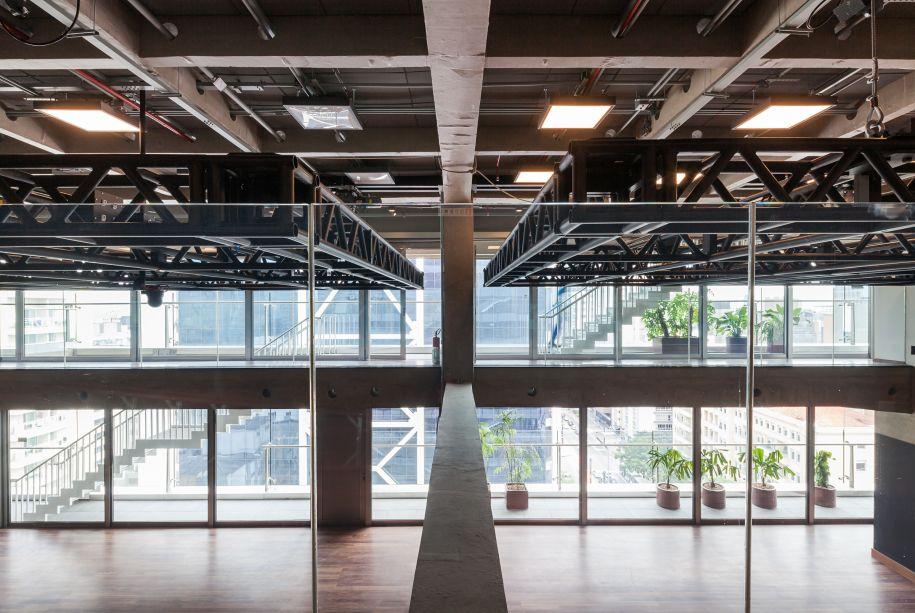 O uso de vidros não refletivos permite que as atividades do interior do edifício sejam vistas por quem passa pela rua.
