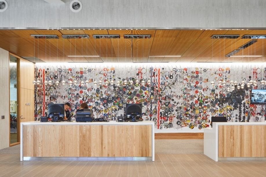 """A parede da recepção abriga a arte """"Long Journey Into Night"""" de Jacob Hashimoto."""