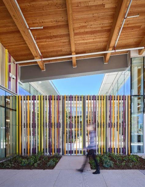 Chamadas de baguettes, as estruturas coloridas da fachada funcionam como um brise colorido.