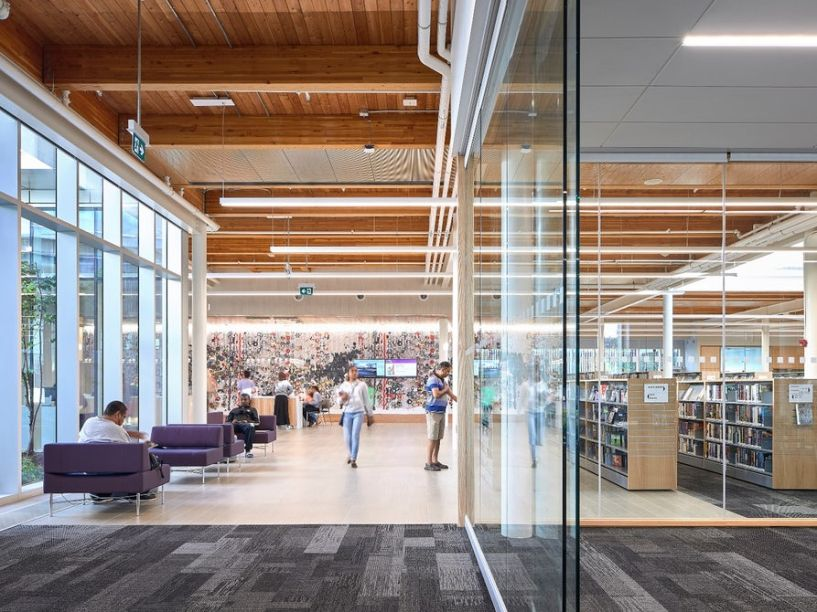 Espaços abertos marcam a divisão da biblioteca.