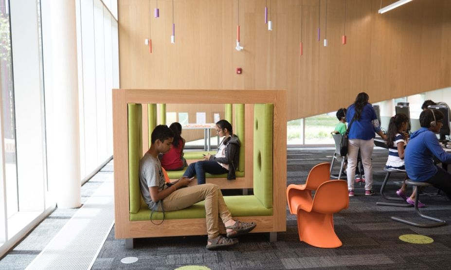 Este espaço pode ser usado para eventos culturais, consertos e leituras. A ideia aqui é ser um local adaptável e aconchegante, como se fosse uma extensão da casa.