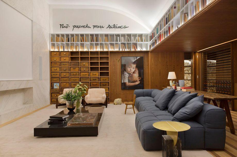 <span>Home Family - BC Arquitetos. A estante foi montada pelos próprios arquitetos com gavetas de diversos tamanhos encontradas em antiquários.</span>