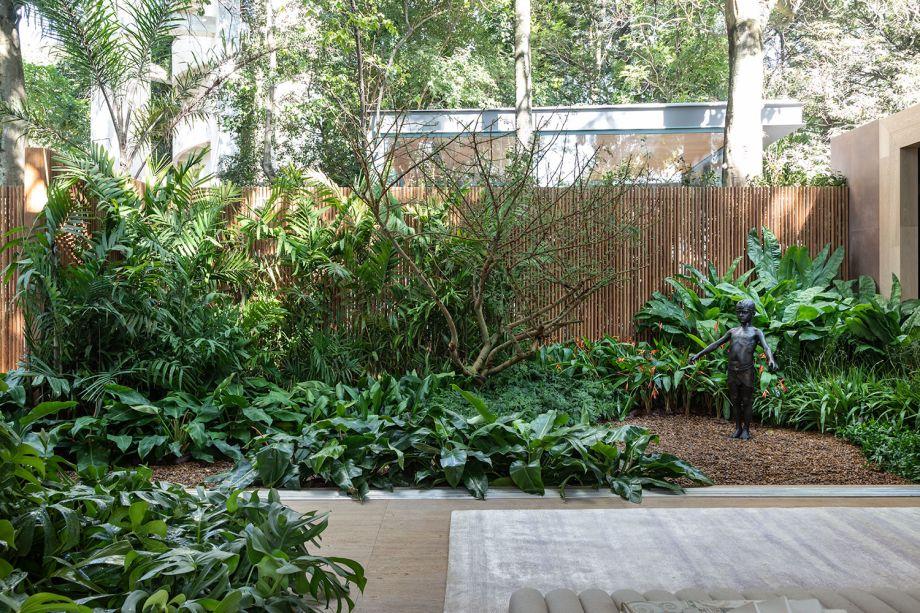 Jardins da Casa da Árvore - Cenário Paisagismo. Daniela Bastos e Karla Lopez estreiam em CASACOR SP encontrando formas de incorporar a natureza ao projeto arquitetônico. Os galhos esculturais da acácia-seyal são como a extensão do brise de madeira, ao fundo do jardim.