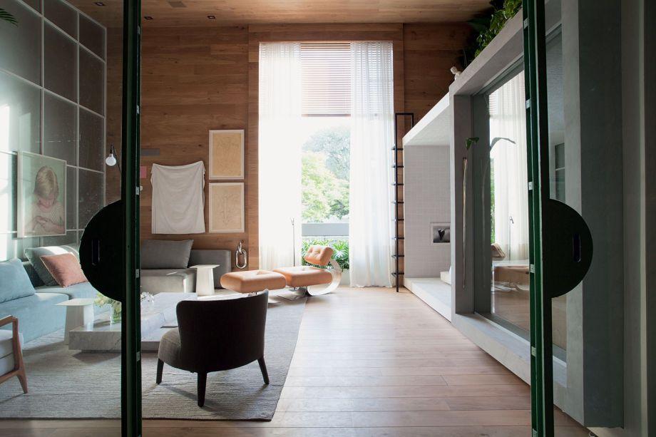 <span>Nildo José - Loft Ninho. Neste refúgio com 80 m², áreas com funções distintas estão integradas. O desenho arquitetônico segue e valoriza a estética do Jockey, com uma estrutura que não interfere nos elementos originais. O desenho é sublinhado pela iluminação com fitas de LED. Peças com assinatura de Jean Prouvé e Oscar Niemeyer estão entre os poucos e bons itens que compõem o mobiliário.</span>