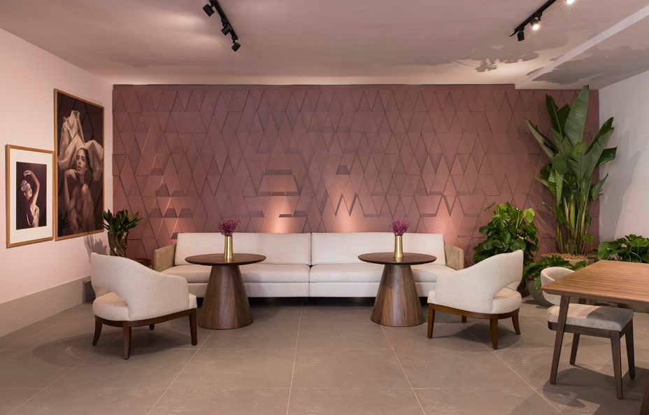 Bar Lounge - CZHOTT Arquitetura. Cyane Zoboli e Ana Elisa Hott se inspiraram no balé, de onde vieram o tom rosé e a atmosfera delicada. Para contrapor, móveis em madeira trazem certo peso, enquanto o painel explora volumes e geometrias com o auxílio da iluminação.