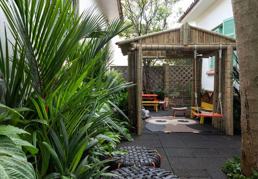 Jardim Sustentável - Daniela Sedo. A casinha de bambu e os móveis foram pensados para as crianças usufruírem. E, desde cedo, elas terão contato com uma construção sustentável. O piso drenante capta água da chuva e ajuda na irrigação da vegetação do local, totalmente preservada.