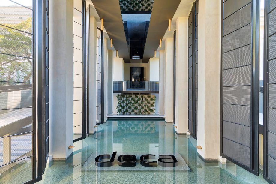 CASACOR São Paulo 2018 - Tenório.Neste ano, o arquiteto surpreende com A Cisterna de Deca, que inclui sala de banho, Hall da Cascata, para apresentar uma nova experiência com os produtos da marca.