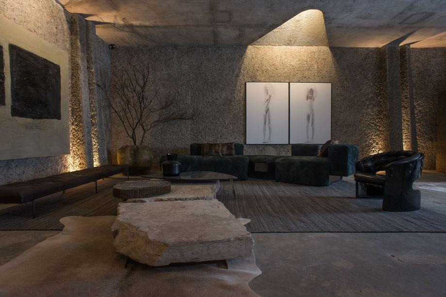 """Casa Neshamah - Gustavo Neves. """"Neshamah"""" é a palavra hebraica para """"Sopro da Vida"""". E a casa funciona aqui como um organismo vivo, com um esqueleto em estuque artesanal. A iluminação ressalta as nuances do material e cria uma atmosfera introspectiva nestes 200 m²."""