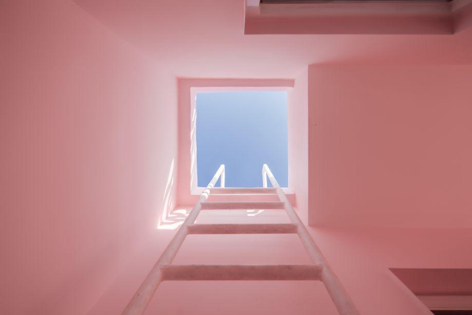 Por meio de uma escada escondida é possível chegar à cobertura da casa.
