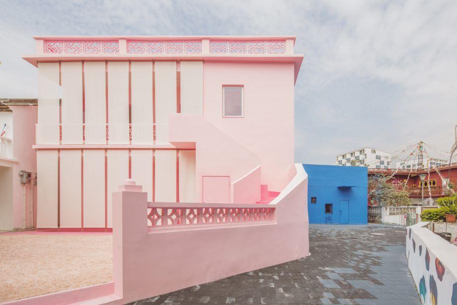 O sal rosa cobre o chão do jardim e do pátio e combina com a tonalidade da fachada.