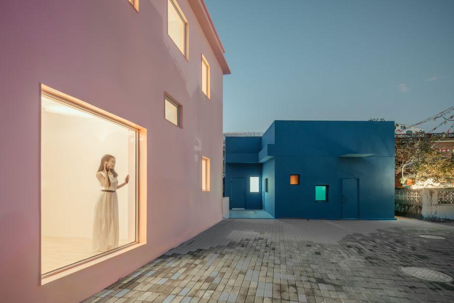 Duas casas - uma rosa e outra azul - se destacam entre as construções de Dameisha, um vilarejo no subúrbio de Shenzhen, na China.