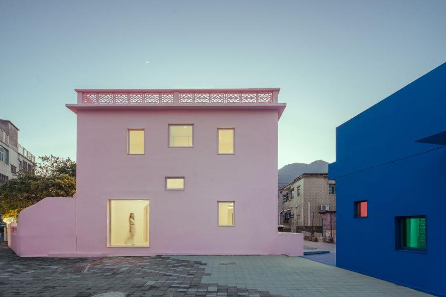 """""""O azul é símbolo de sobrevivência e competição. Já o rosa representa a sensibilidade e a delicadeza"""", explicam os arquitetos do escritório Wutopi Lab."""
