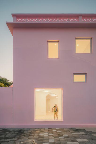 As aberturas originais foram mantidas e as portas persianas se transformaram em grandes janelas, que possibilitam uma integração da parte interna e externa.