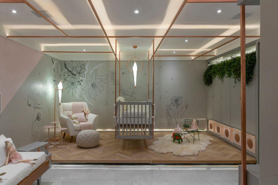 <span>Studio do Bebê – Rubya Zottele e Rhayssa Guerra. A estrutura de metal cobre transmite leveza, mas sustenta o berço e desenha o teto, remetendo aos lofts industriais. Para fugir ainda mais do óbvio, o cinza é incluído. Ele contracena com o rosa seco dos detalhes e com o piso de tacos tauari, uma madeira natural. O conjunto de mesas laterais é de Alê Alvarenga, e a cadeira Trotter, de Rogier Martens.</span>