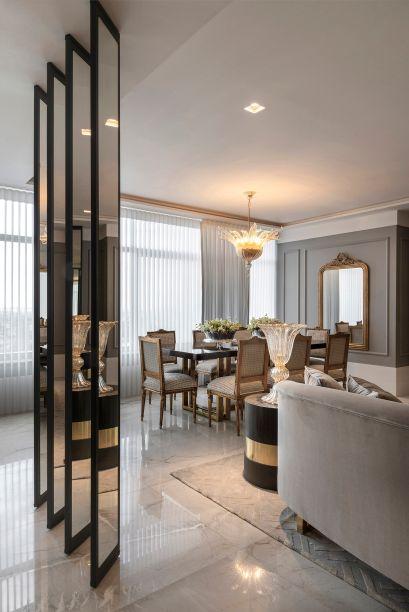 Loft 24 – Milena Niemeyer. O conforto de um lar e o prazer de receber convidados inspiram o projeto. Daí a preciosidade dos detalhes escolhidos, como o pendente acima da mesa de jantar, em murano. Outro elemento sofisticado são as brises que setorizam o espaço, revestidas em espelho.