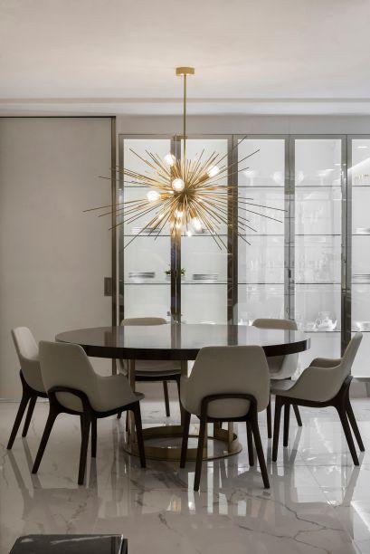 Studio Mariotto – Doriselma Mariotto. A cozinha de alto design é um dos pontos focais do loft, desenvolvido com atmosfera minimalista. A cartela de cores é restrita a poucos tons de cinza e as linhas são precisas, deixando o destaque para o pendente Esplendore.
