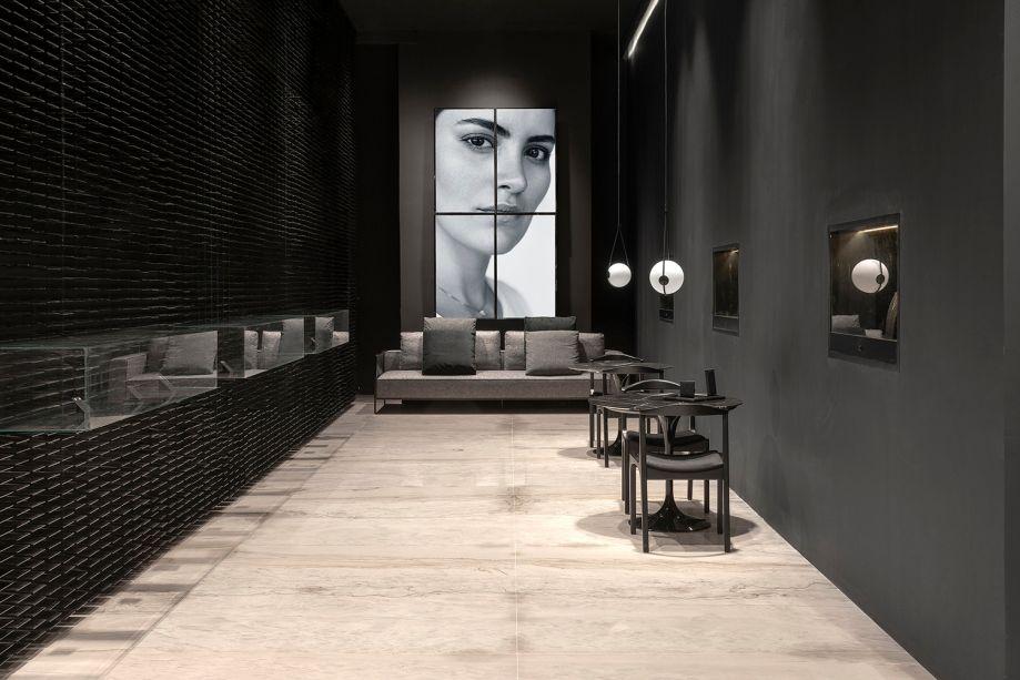 Joalheria Chris Zuppeli – Bruna Kehrnvald. Piso de pedra, detalhes em metal e madeira produzem um visual minimalista. Afinal, todos os olhares devem estar voltados às joias. Mas a base neutra reserva surpresas, como a parede formada por mais de 5200 peças, com efeitos de luz que sugerem movimento.