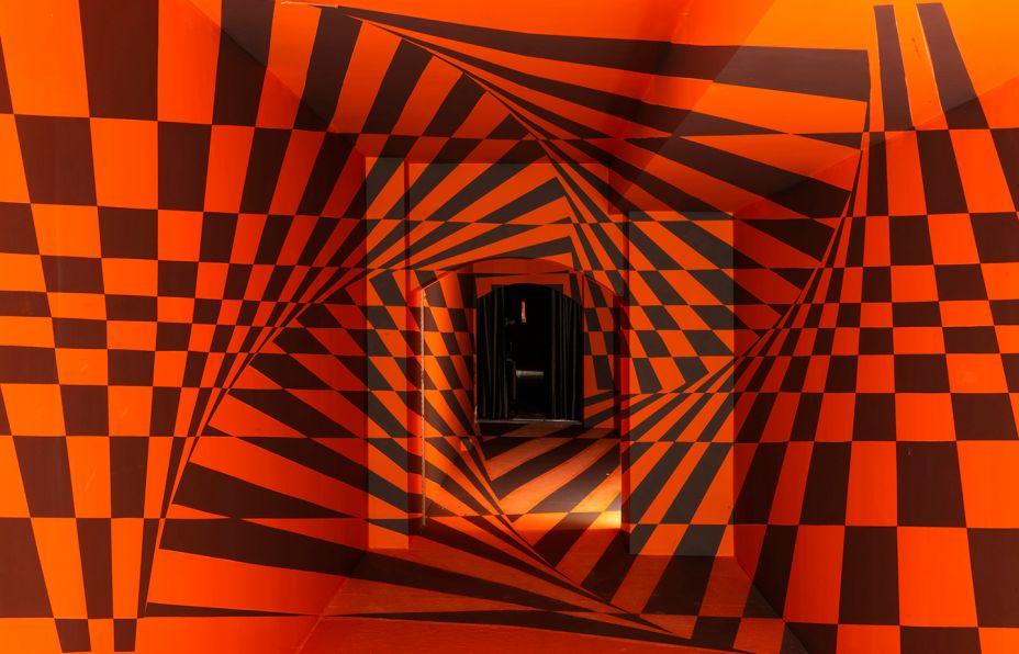 Galeria Anamórfica - José Luiz Favaro. A experiência visual, nestes 55 m², se baseia nos conceitos do anamorphic design, nos quais figuras em uma superfície só podem ser visualizadas a partir de um determinado ângulo. A distribuição espacial das cores é destaque e cria uma experiência visual.