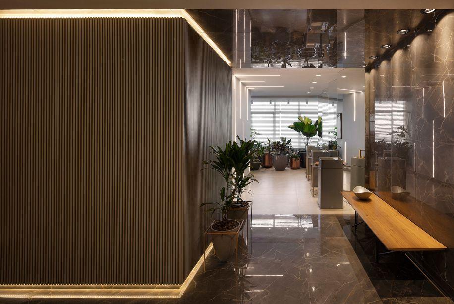 O banco Belo, com base em ferro industrial e madeira freijó, tem design de Fabricio Roncca e marca a entrada do Lavabo Luz, ambiente de Cristiane Alves Moussa.