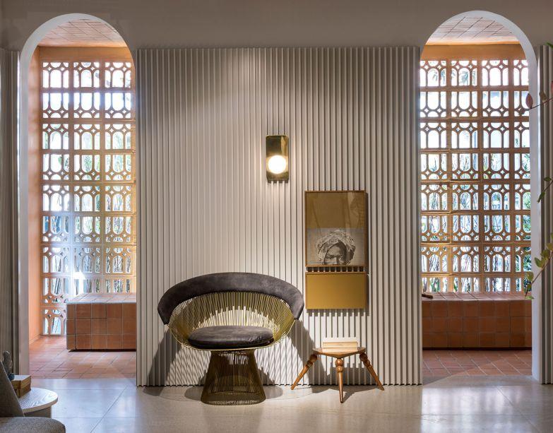 Casa Arcos - Léo Shehtman. A transição entre moderno e pós-moderno no estilo de morar é expressa em ambientes externos sóbrios e brutos em oposição ao interior discretamente colorido. As cores remetem à vida que circula pela casa, com tons rosé, terrosos, um toque de verde e azul.