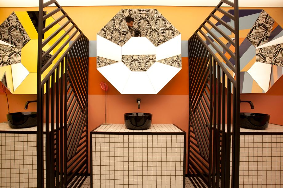 No espaço <strong>WC No Gender</strong>, de Lisandro Piloni, os três espelhos diamantados chamam a atenção não apenas pelo design, mas também por serem peças exclusivas. Os objetos refletem cerca de nove ângulos diferentes do visitante e ficam expostos em frente às cabines.