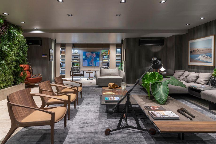 O design de Jader Almeida ganha espaço no ambiente Living do Empresário, de Pedro Ernesto Gualberto e Leandra Gualberto: a poltrona linna e a luminária arch são algumas das escolhas.