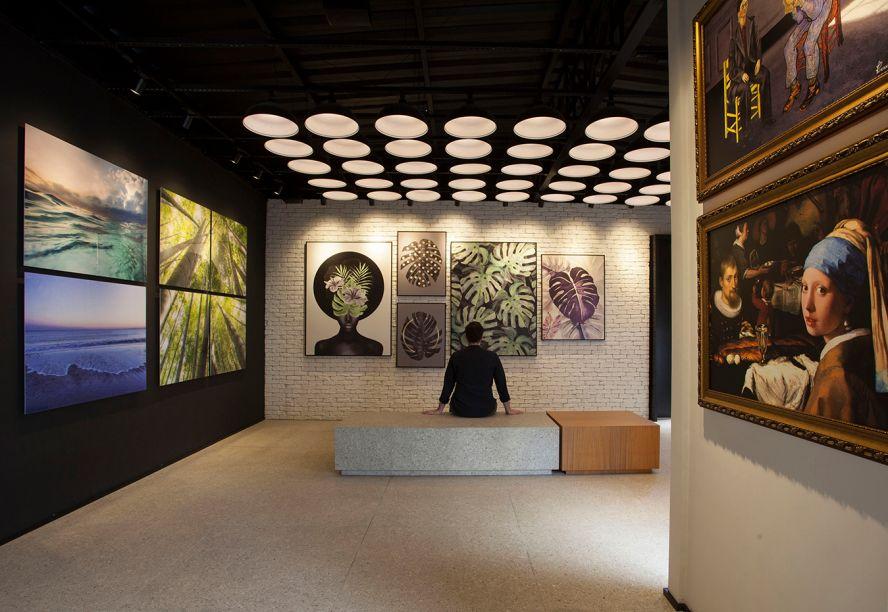 Galeria de Arte - Luciano Dalla Marta. Linhas simples, poucos materiais e foco nas obras de arte. Com essa premissa e o DNA industrial da marca Urban Arts, o projeto foi concebido em um contêiner preto. Placas de granilite, aplicadas tanto no piso como no mobiliário, conferem sensação de unidade.