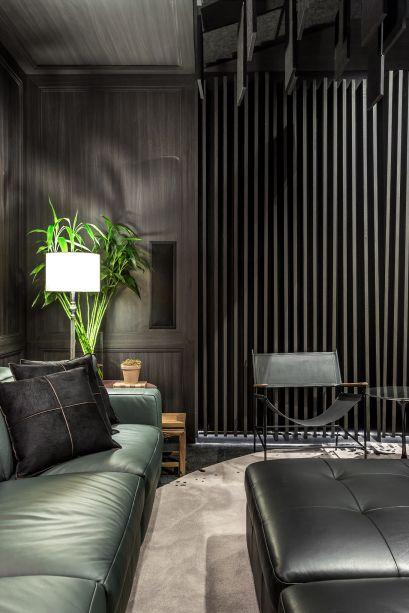 Home Theater - Marcelo Lopes. Painéis de madeira e o projeto luminotécnico criam uma atmosfera intimista. O sofá reclinável da Natuzzi Editions também conduz a cartela de cores. O tapete tem desenho do arquiteto.