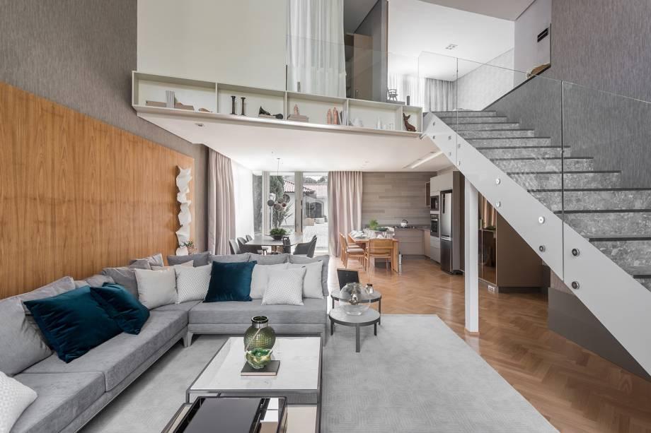 A Modern House, da arquiteta Mariana Paula Souza, é marcante por sua estética contemporânea e clean. Os tapetes em cores claras foram posicionados para trazer aconchego aos ambientes, deixando-os mais convidativos.