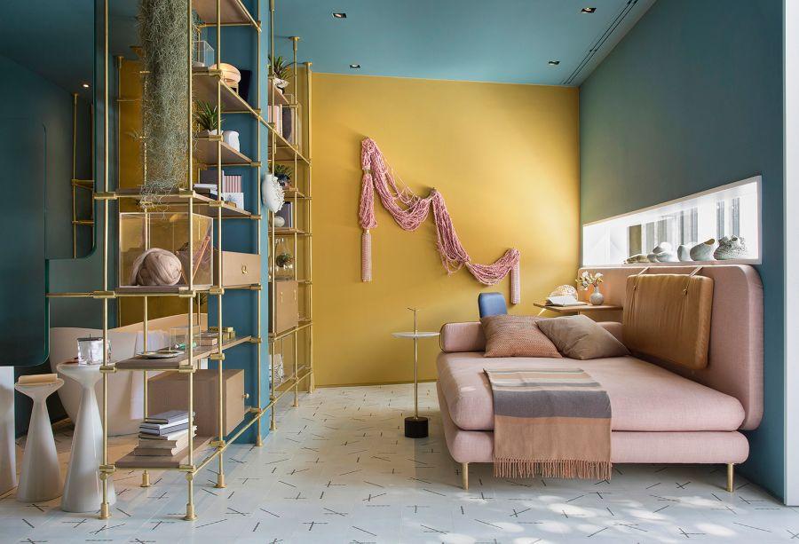 Melina Romano – Estúdio Trama. Em 43 m<span>², a profissional dispõecozinha, banheiro, quarto e sala. O sofá desenhado pela profissional, ao mesmo tempo, pode ser usado como cama, ao lado da estante, que funciona como uma divisória.</span>