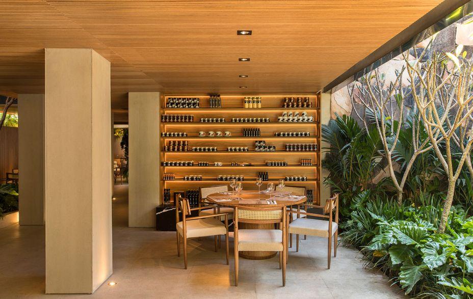Tartuferia - mf+arquitetos. Os arquitetos Mariana e Filipe Oliveira focaram em materiais naturais e na integração com o exterior, com brises. As linhas retas desempenham papel importante, transformando as colunas e o teto em elementos de design. O mobiliário é cheio de bossa.
