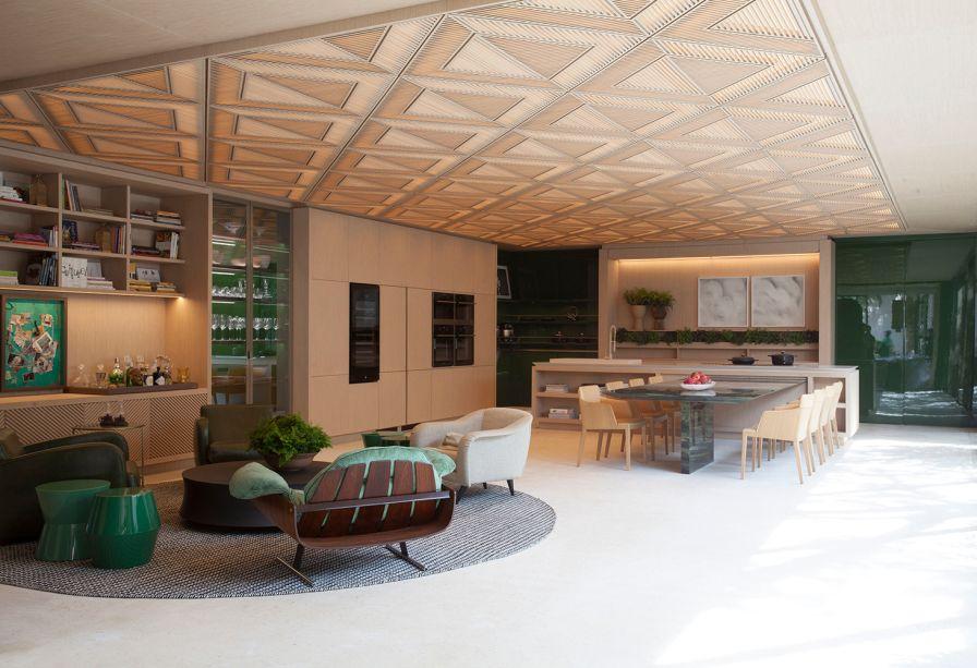 Le Riad Bontempo - Roberto Migotto. Riad é um tipo de construção do Marrocos, voltada a um pátio com jardim interno. Nesta releitura contemporânea, a casa de 400 m² se abre para o jardim de 200 m². Os móveis fixos enaltecem as linhas retas e a praticidade. O grande painel de madeira entalhada é assinado com o sócio Ricardo Minelli.