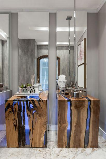 CASACOR Paraná. Banheiro Teen - Renata Fraidg e Nadya Badotti. A dupla buscou na corte francesa a inspiração, mas trouxe peças modernas como as bancadas em madeira rústica e resina. Os espelhos acentuam a altura do pé direito.