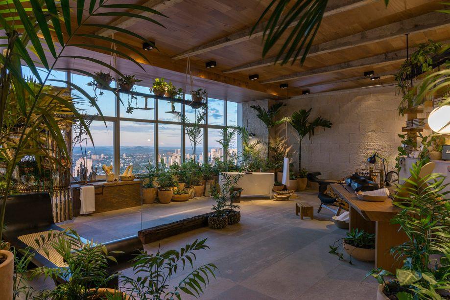 O mobiliário todo de madeira conta com banco Marquesa de Oscar Niemeyer (ao fundo), estante BF de Bernardo Figueiredo (atrás da mesa, à direita) e Poltrona Rede de Jean Gillon (também à direita). A Sala de Banho é um projeto de W. Leão Ogawa e Heitor Arrais.