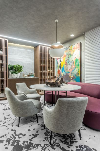 Na Sala de Almoço, a opção da arquiteta Samara Barbosa foi ousada. Em um local de decoração mais tradicional, a profissional escolheu um tapete colorido com grafismos, dando um ar descolado para receber convidados.