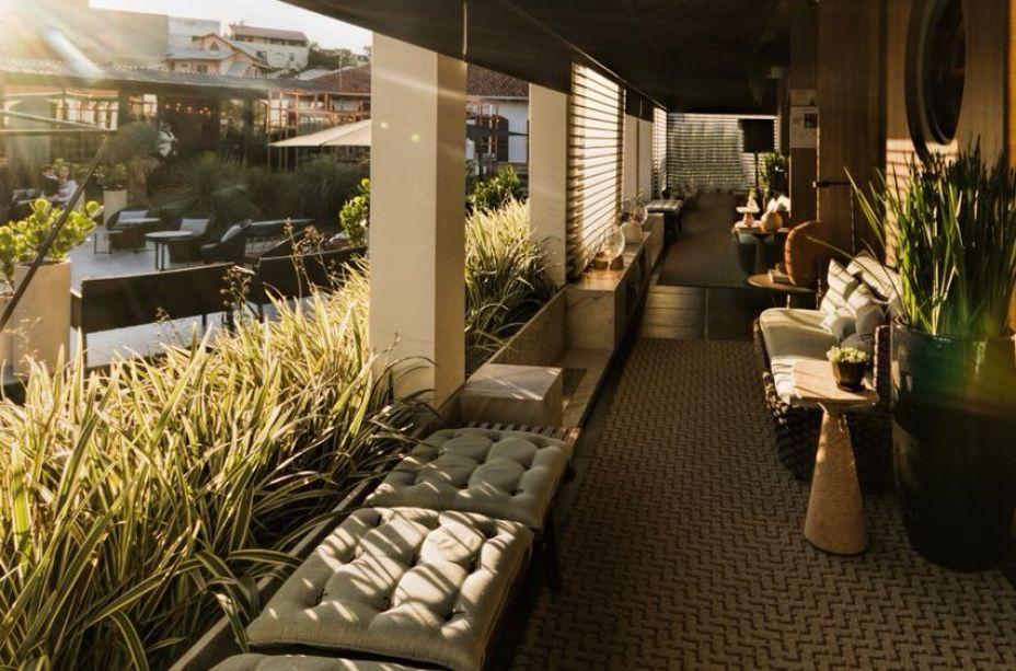 Projeto assinado pelos arquitetos Alessandro Calvalcanti e Ricardo Makhoul, a Varanda Social usa um tapete de fibra sintética como solução funcional e estética, para um ambiente que necessita de resistência e elegância ao mesmo tempo.